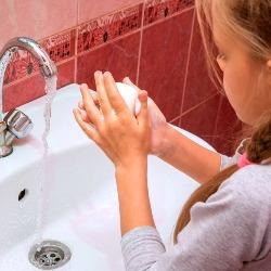 Aide à l'hygiène des enfants